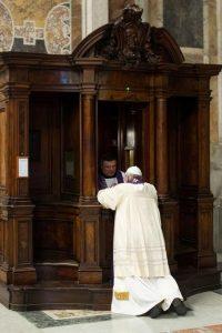 Papa Francisco confesándose en el Vaticano 2