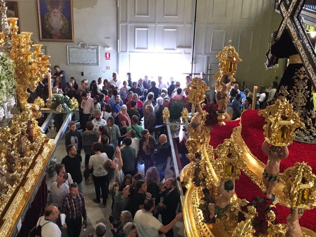 imagen del Museo de la Archicofradía de la Esperanza de Málaga, lleno de gente para visitar los Tronos en la mañana del Jueves Santo