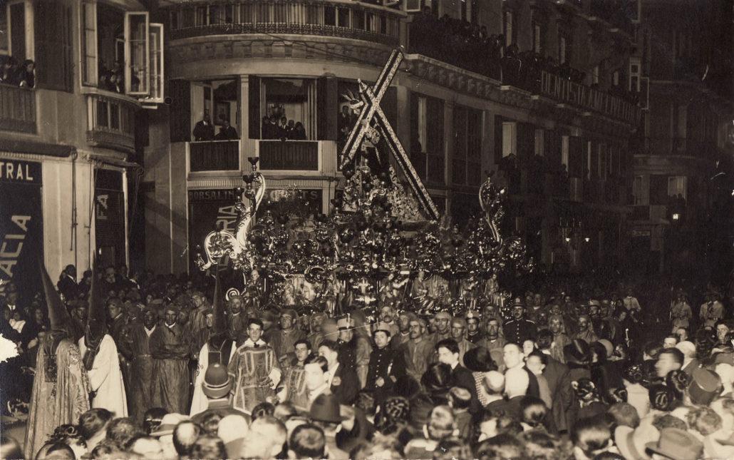 El Dulce Nombre de Jesús Nazareno del Paso a su paso por la plaza de la Constitución en 1924