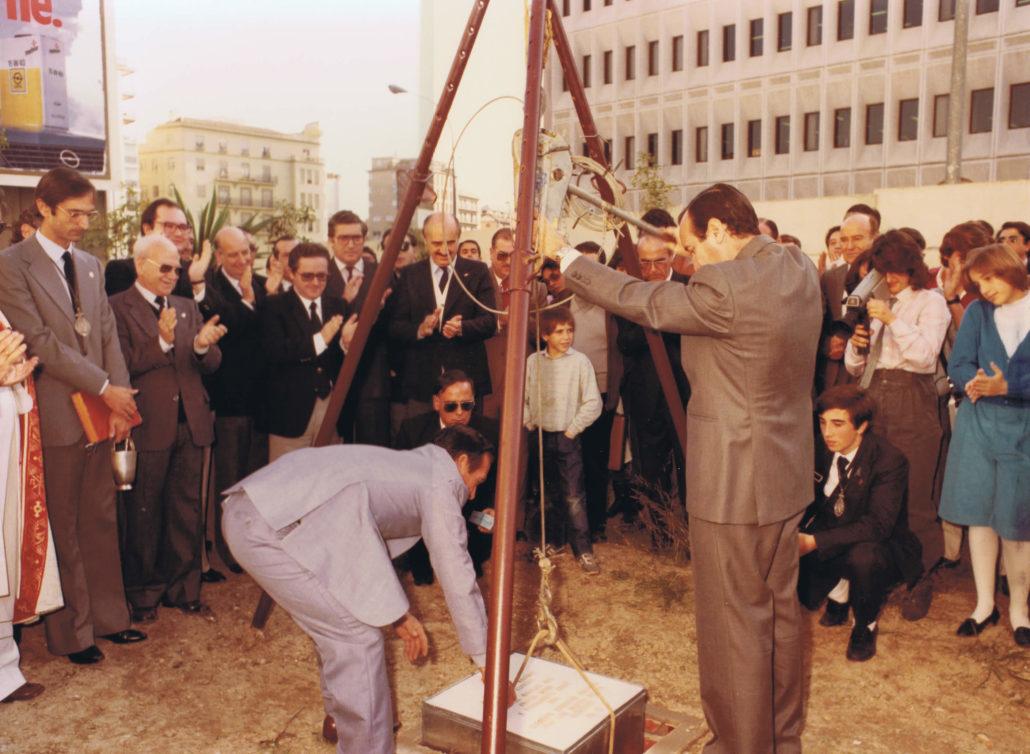 Colocación de la primera piedra del templo en 1984